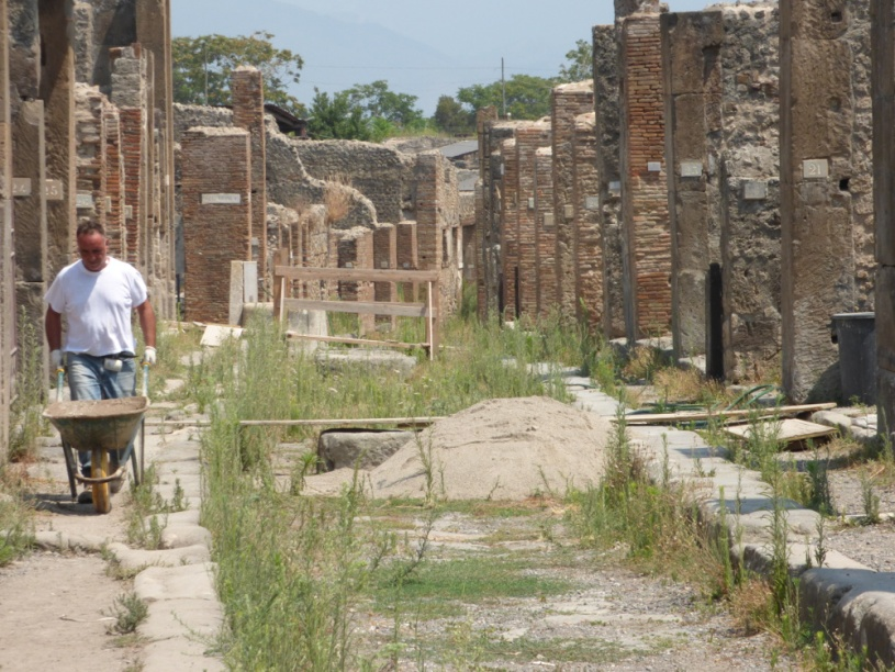 Trabajos de mantenimiento en Pompeya. Foto: Mario Agudo.