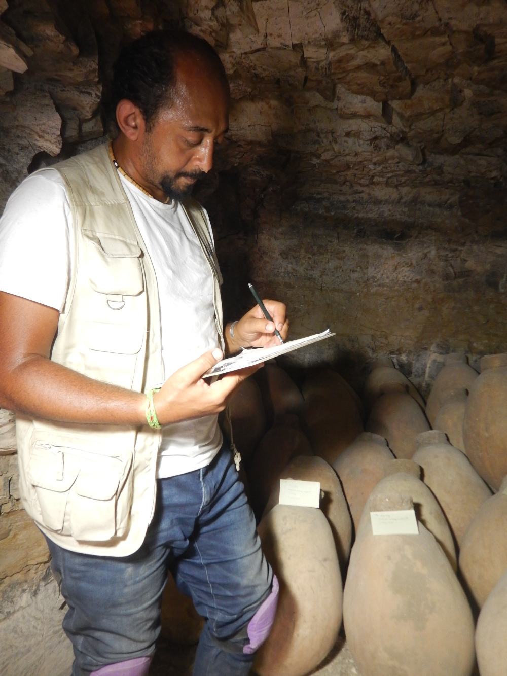 Mohamed Osman catalogando los materiales encontrados. Foto: Middle Kingdom Theban Project