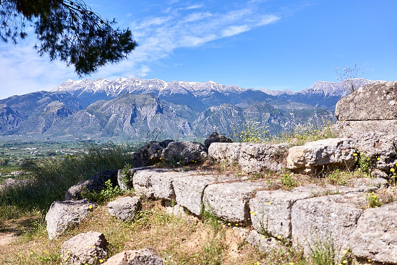 800px-View_of_Mount_Taygetus_from_the_ruins_of_the_Sanctuary_of_Menelaus_and_Helen_(Menelaion)_in_Sparta